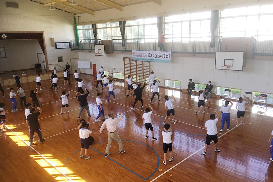 福岡県立川崎特別支援学校において空手道体験授業を実施