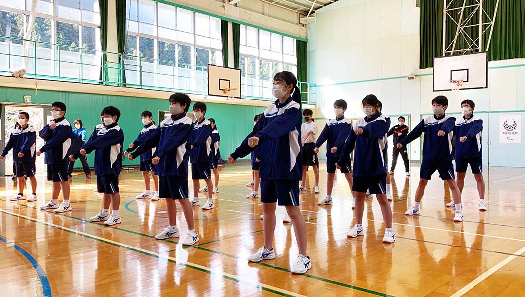 東京・檜原村立檜原中学校で空手道の体験授業