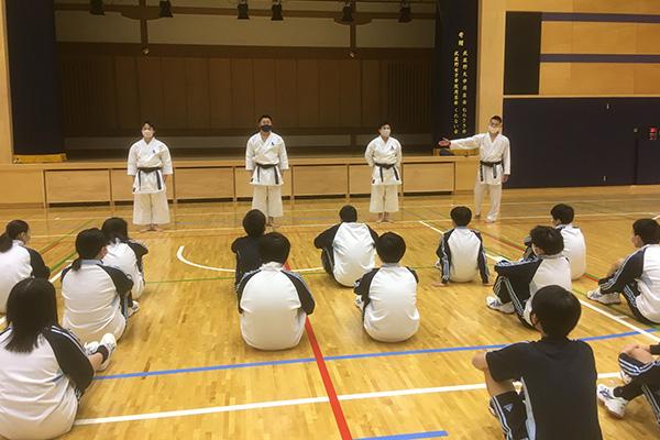 写真:武蔵野大学中での空手道授業の模様1