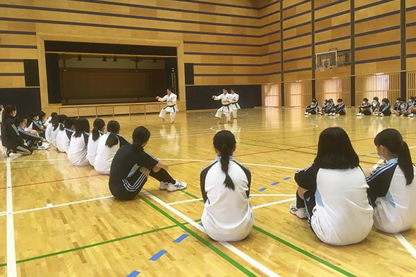 写真:武蔵野大学中での空手道授業の模様2